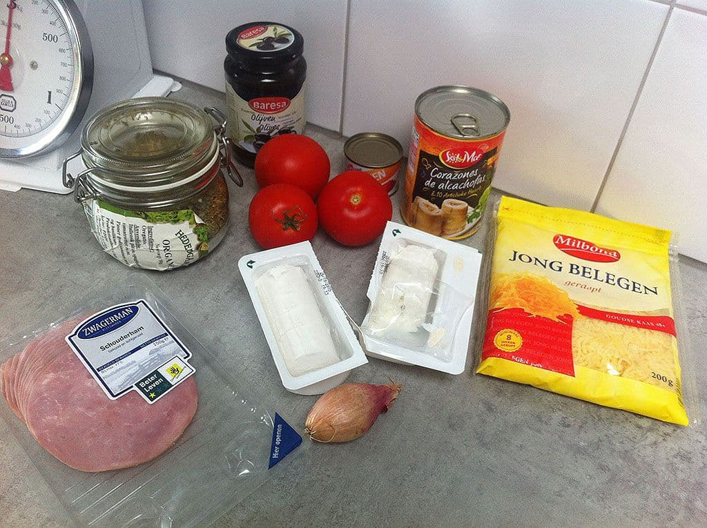 Pizza met tomaat en geitenkaas ingredienten