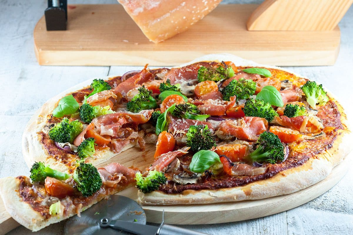 Serranoham, broccoli en basilicum pizza