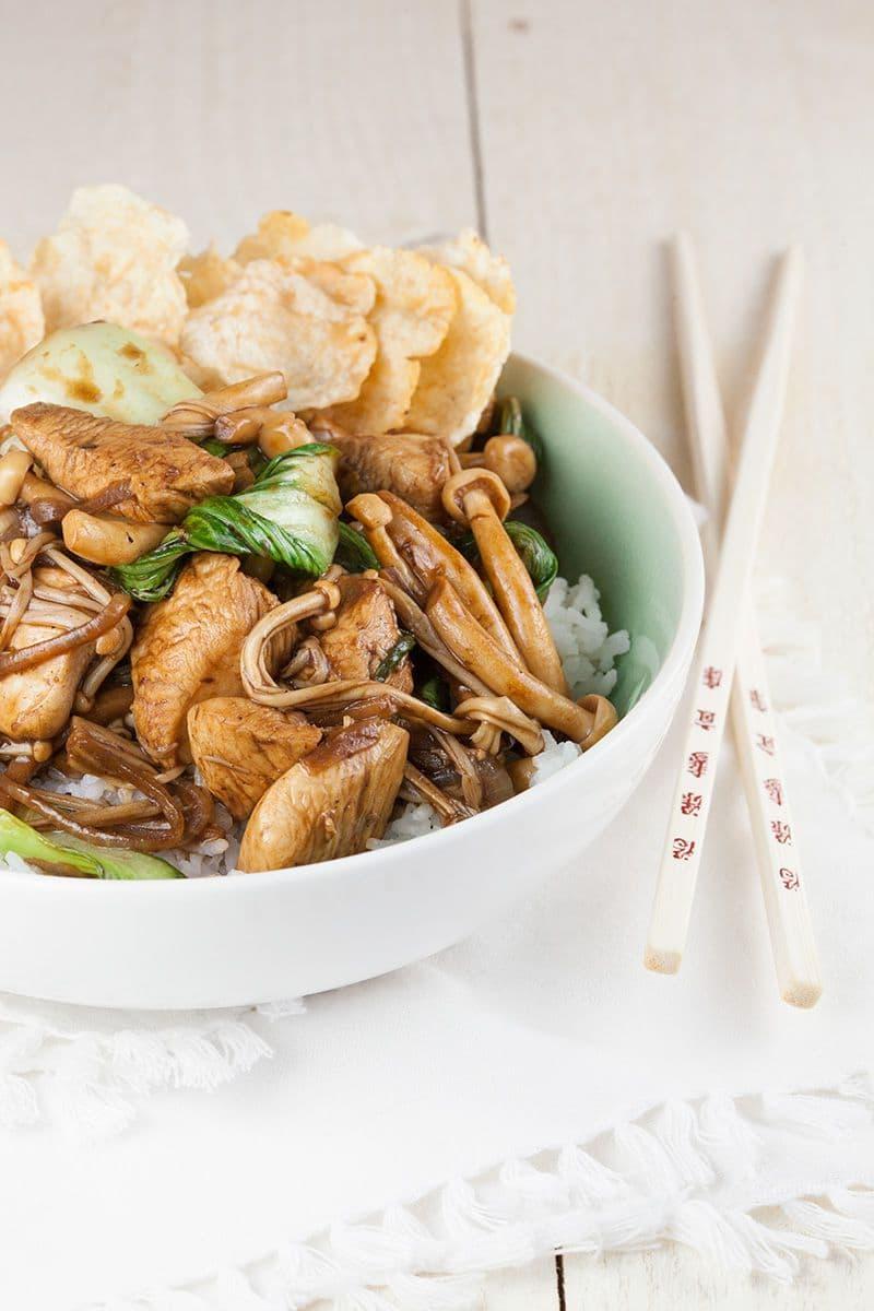 Shimeji, enoki en kip roerbak met pandan rijst