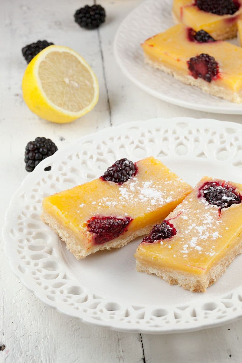 Lemon bars met bramen