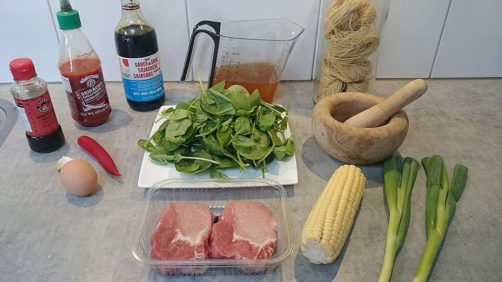 Noedelsoep (ramen) met varkensvlees ingredienten