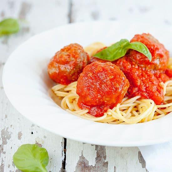 Spaghetti met gehaktballen gevuld met mozzarella vierkant - Spaghetti met gehaktballen gevuld met mozzarella