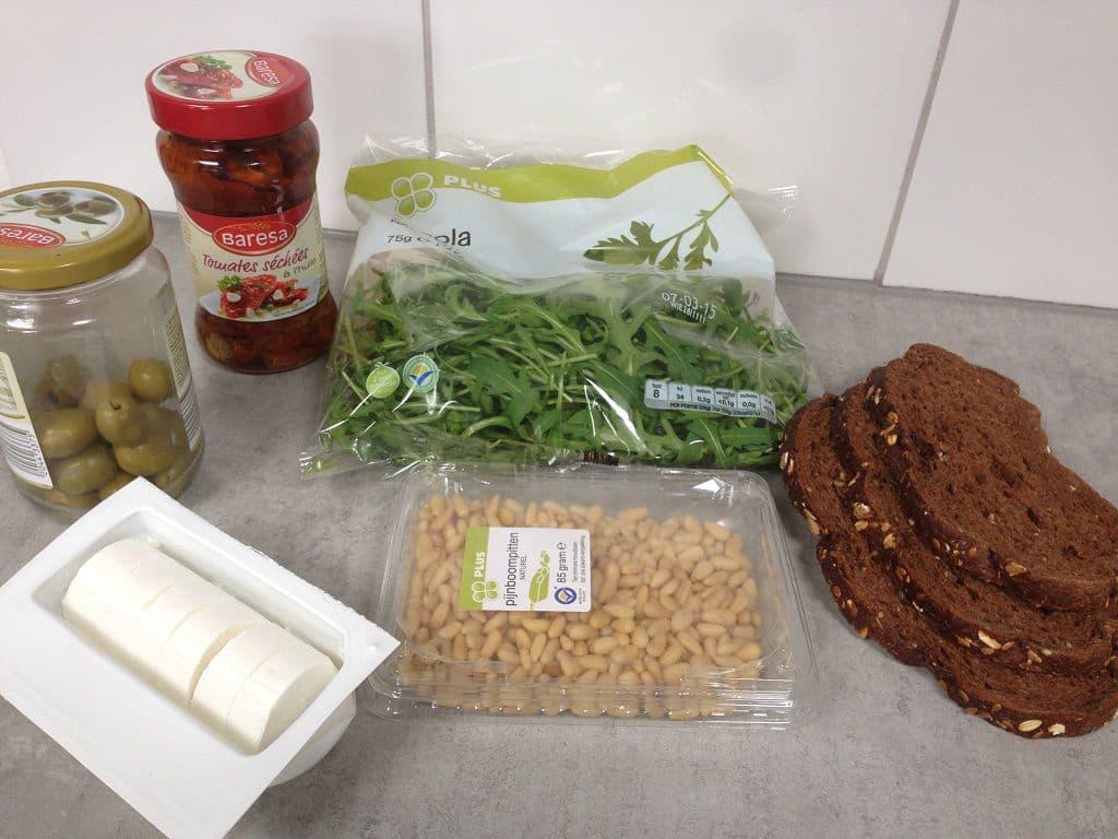 Broodje geitenkaas, zongedroogde tomaten en olijven ingrediënten