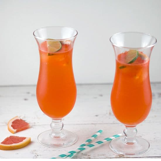 Grapefruit Aperol cocktail met limoen vierkant - Grapefruit Aperol cocktail met limoen
