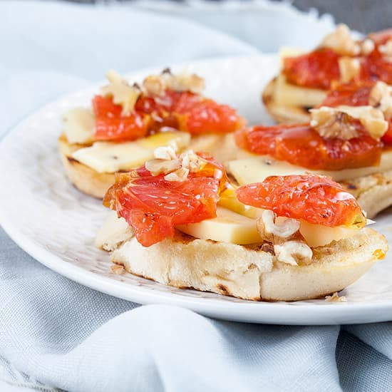 Crostini met truffelkaas en grapefruit