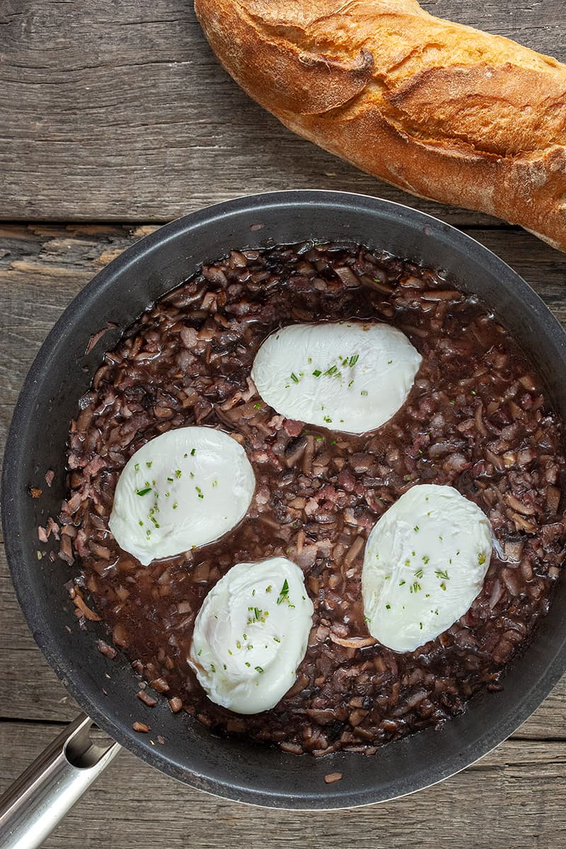 Oeufs en meurette – gepocheerde eieren in rode wijnsaus 2 - Oeufs en meurette - gepocheerde eieren in rode wijnsaus